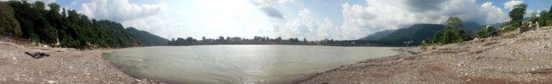 Ganga Ufer mit Sivanandaashram im Hintergrund