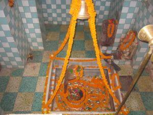 Geschmückter Lingam in Kapelle in Varanasi