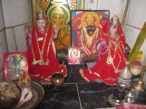 Ein kleiner Altar mitten in Varanasi