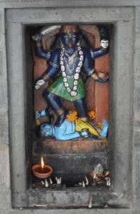 Kali in einer Wand im Chandrabadni Mandir
