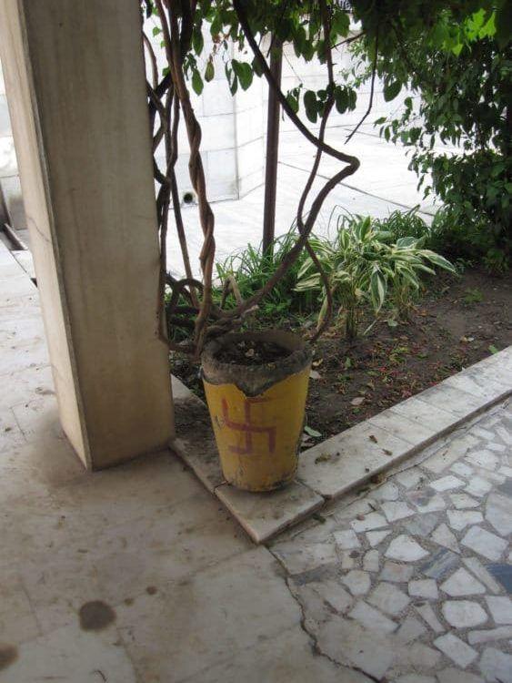 Hakenkreuz auf dem Mülleimer.