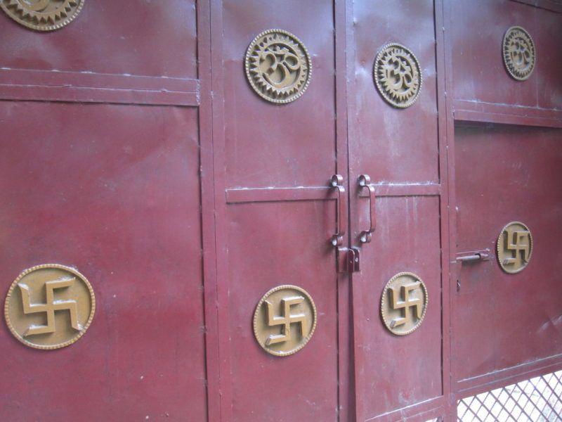 Tür mit Swastika und Om