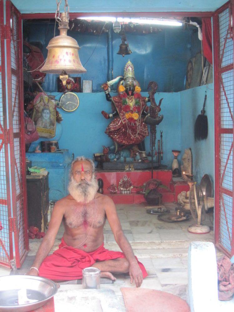 Kali Priester in Meditations Pose