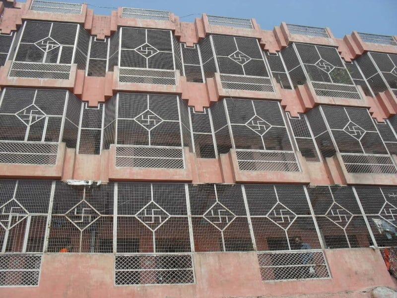 Hakenkreuz auf einer Hausfront in Haridwar