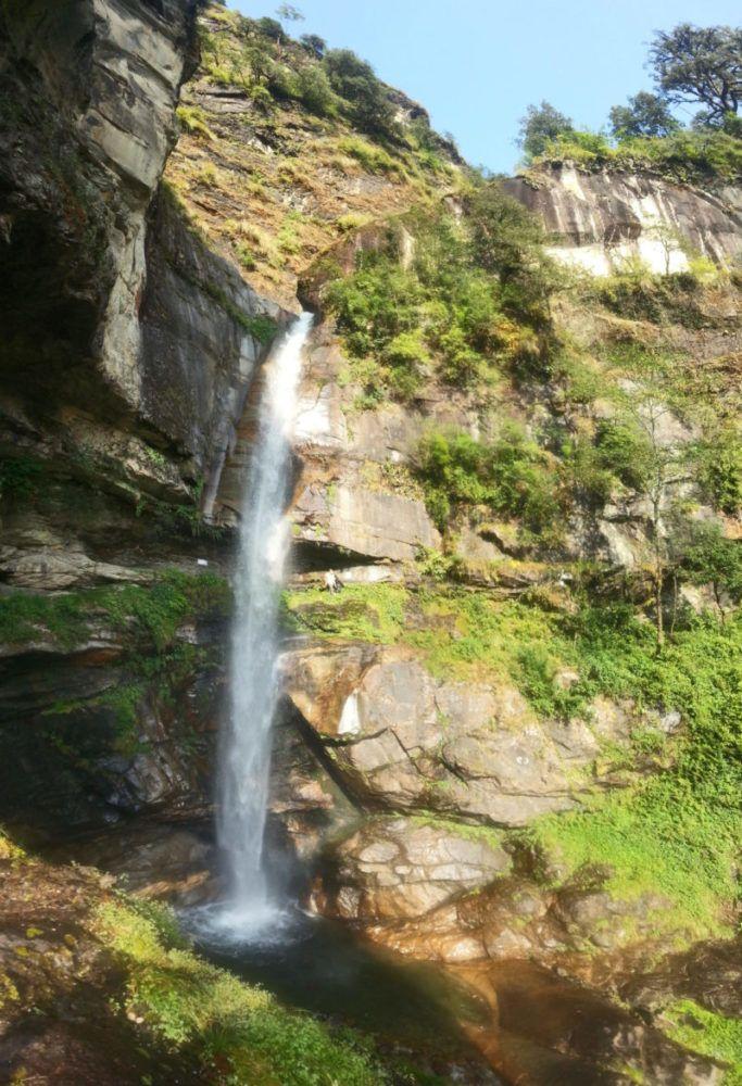 Atri Muni Höhle unter dem Wasserfall