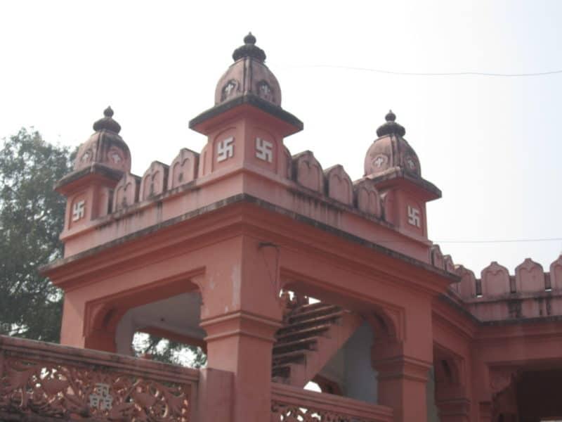 Tempel in Varanasi mit Swastika